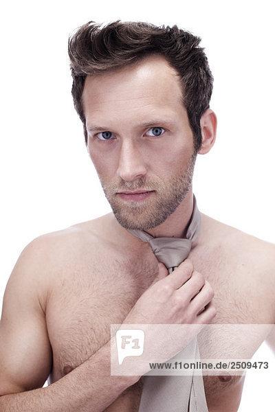 Barechested Mann mit Krawatte  Portrait