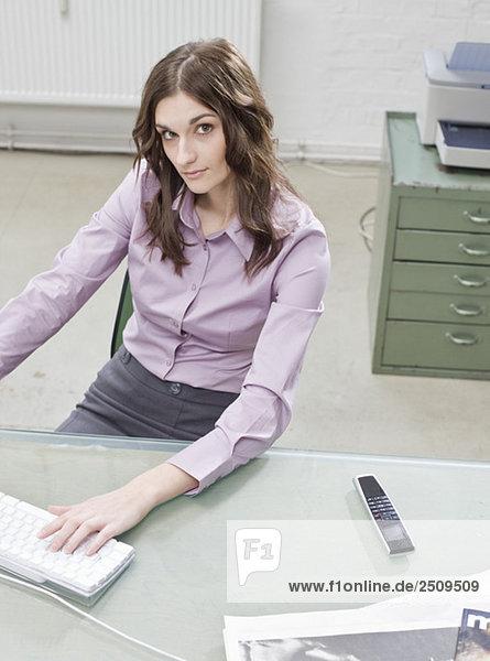 Junge Geschäftsfrau im Büro  erhöhte Ansicht