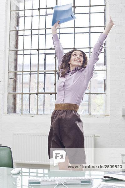 Junge Geschäftsfrau im Amt  jubelnd