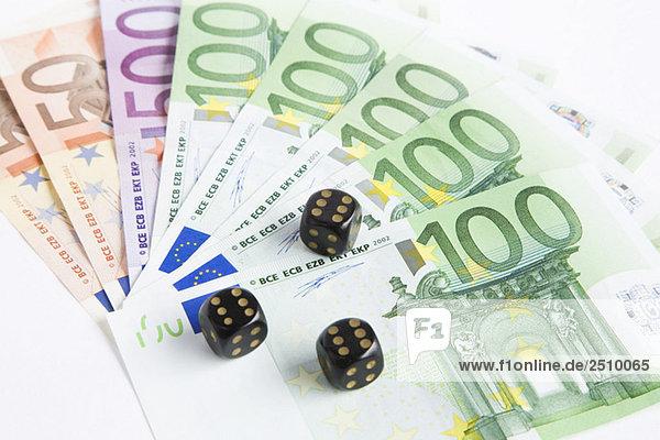 Würfel auf Euro-Scheinen  Nahaufnahme
