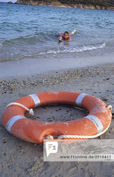 Italien  Sardinien  Tuaredda  Frau im Meer winkt um Hilfe