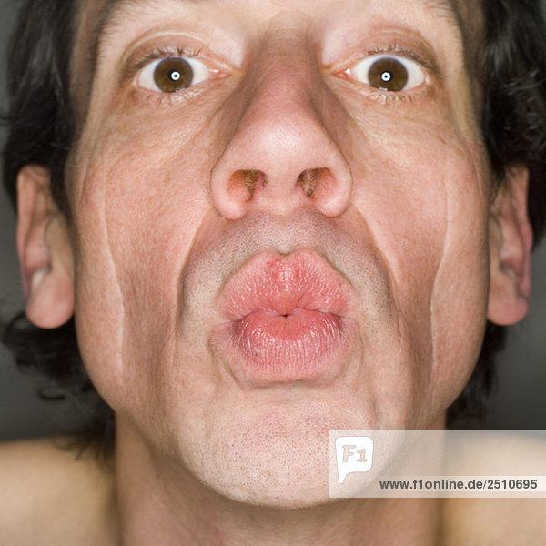 Mann mit Lippen  Porträt  Nahaufnahme