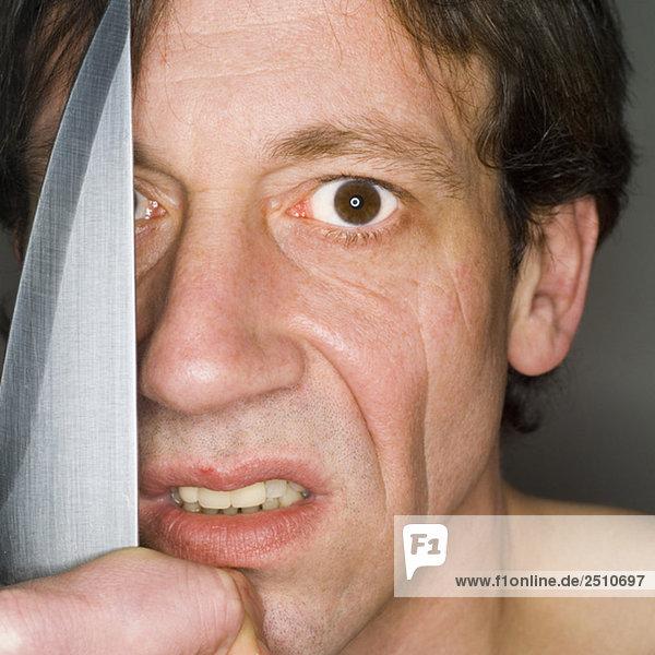Mann mit Messer  Nahaufnahme  Portrait