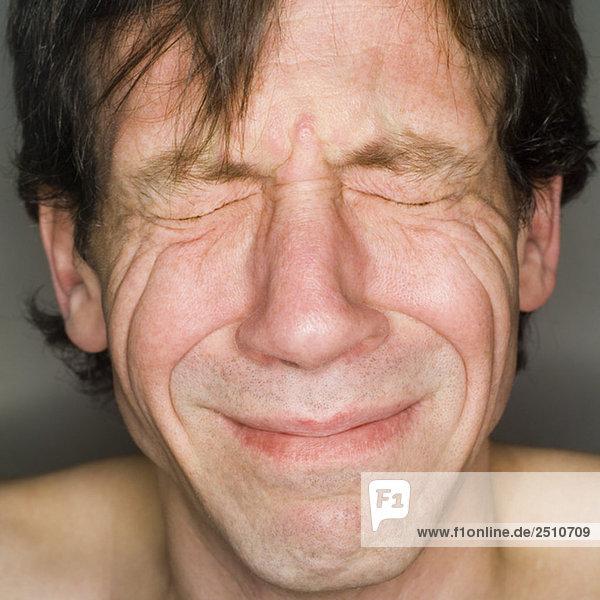 Mann weint  Nahaufnahme  Portrait