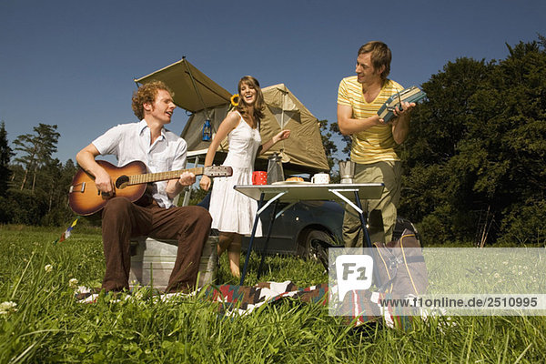 Junger Mann  der Gitarre spielt.