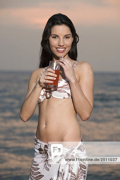 Asien  Thailand  Junge Frau beim Trinken  Lächeln  Portrait