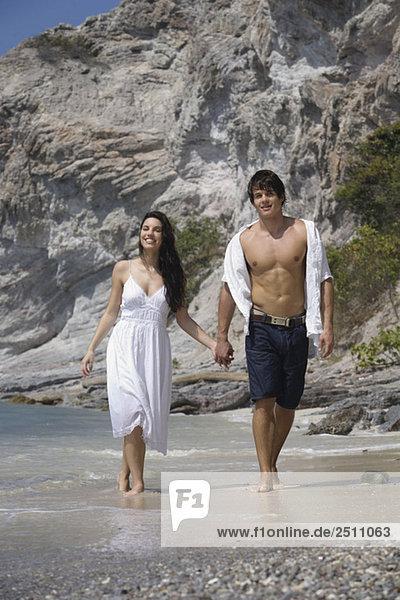 Asien  Thailand  Junges Paar geht Hand in Hand am Strand entlang