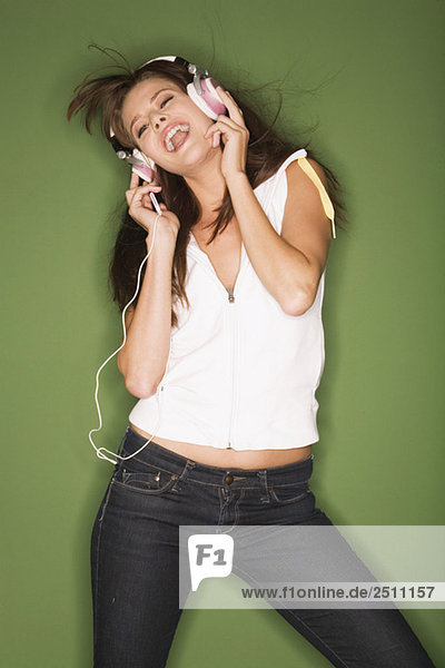 Junge Frau hört Musik vom MP3-Player