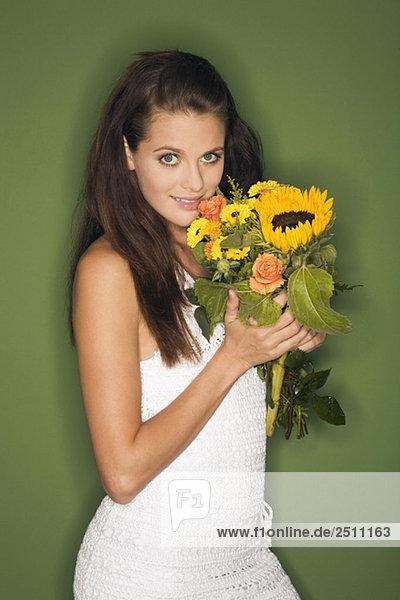 Junge Frau mit Blumenstrauß  Portrait