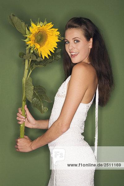 Junge Frau mit Sonnenblume  Portrait
