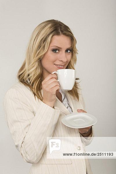 Junge Frau trinkt eine Tasse Kaffee  Porträt