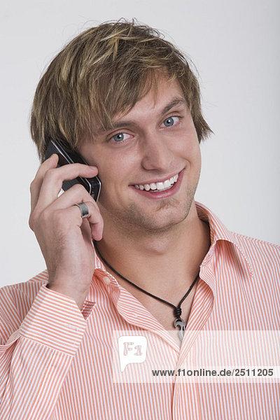 Junger Mann mit Handy  Portrait