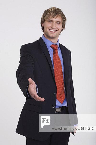 Junger Mann im Anzug  lächelnd