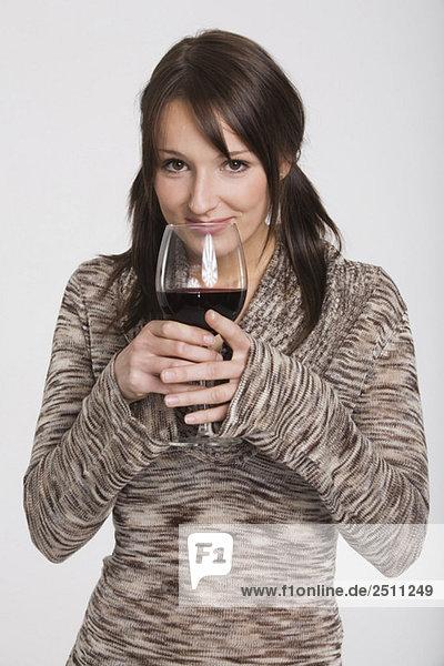Junge Frau mit einem Glas Wein