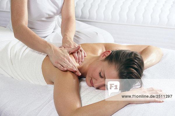Junge Frau erhält Massage  Augen geschlossen