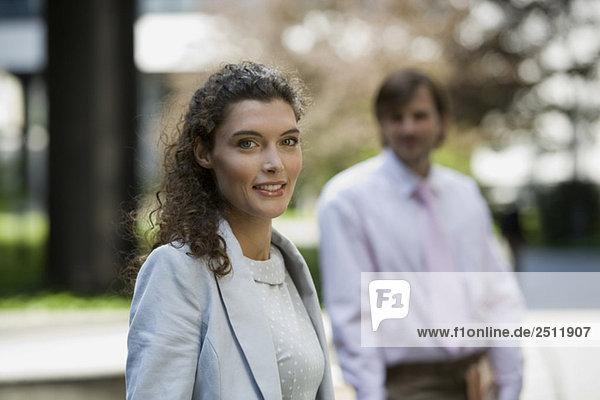 Geschäftsleute  die eine Pause einlegen  Frau lächelt