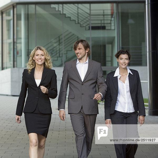 Deutschland  Baden-Württemberg  Stuttgart  Geschäftsleute beim Spazierengehen  lächeln