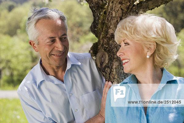 Deutschland  Baden Württemberg  Tübingen  Seniorpaar am Baum stehend  lächelnd  Portrait