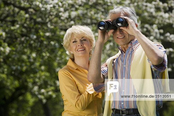 Deutschland  Baden Württemberg  Tübingen  Seniorenpaar  Senior durchs Fernglas schauend