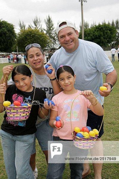 Frau Mann Tradition Urlaub Korb Menschliche Eltern Hispanier Jagd Fest festlich Mädchen Florida