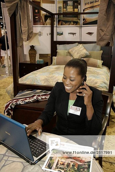 zeigen Frau Wohnhaus schwarz Kunde Design schmücken Renovierung Nachbarschaft Produktion Verbesserung bedecken Konferenzraum Kleinunternehmen Florida Miami Miami Beach Verkäuferin Show