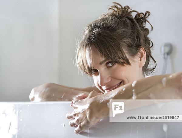 Frau in der Badewanne  lächelnd