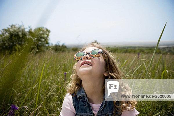 Mädchen blickt auf die Sonne Mädchen blickt auf die Sonne