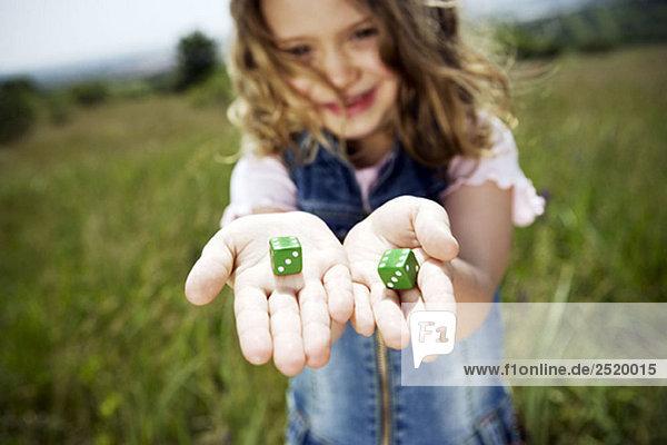 Mädchen mit Würfeln