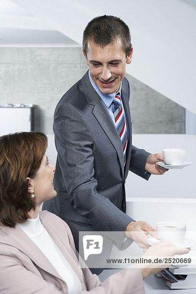 Kollegen teilen sich den Kaffee