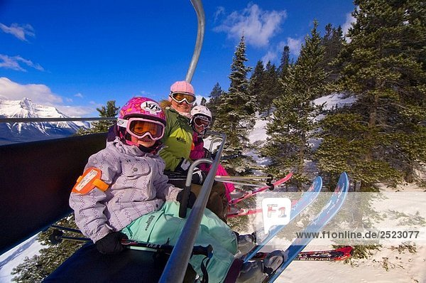 Kinder und ihre Mutter fahren der Sessellift in Lake Louise Mountain Resort  Lake Louise  Banff-Nationalpark  Alberta  Kanada