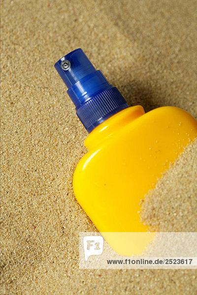 Sprühflasche im Sand