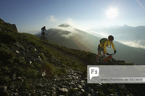 Zwei Fahrradfahrer im Gegenlicht  fully_released