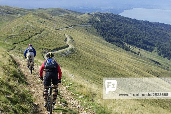 Zwei Mountainbikefahrer fahren auf einem Pfad  fully_released