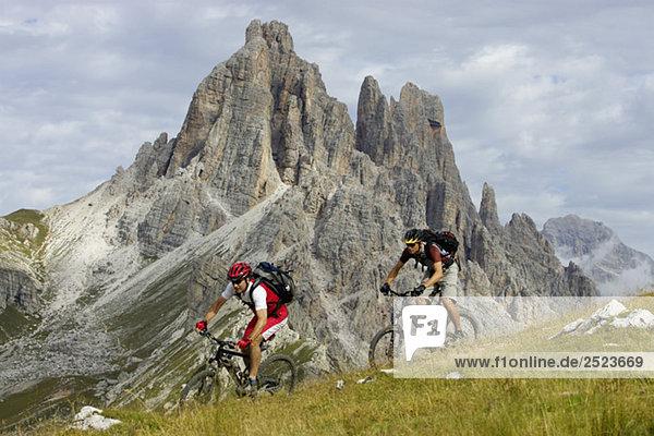 Zwei Mountainbikefahrer fahren einen Hang hinunter  fully_released