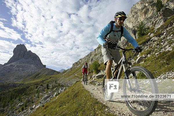Zwei Mountainbikefahrer auf einem Pfad  fully_released