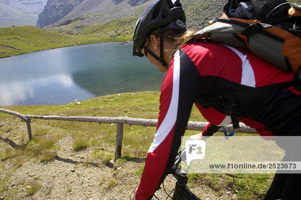 Mountainbikefahrer  Seitenansicht  fully_released