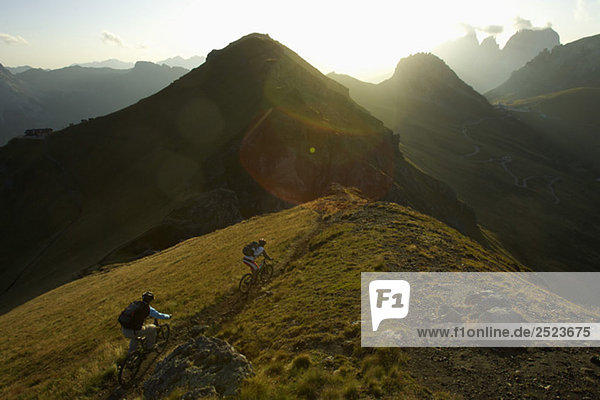 Zwei Mountainbikefahrer in den Bergen  fully_released