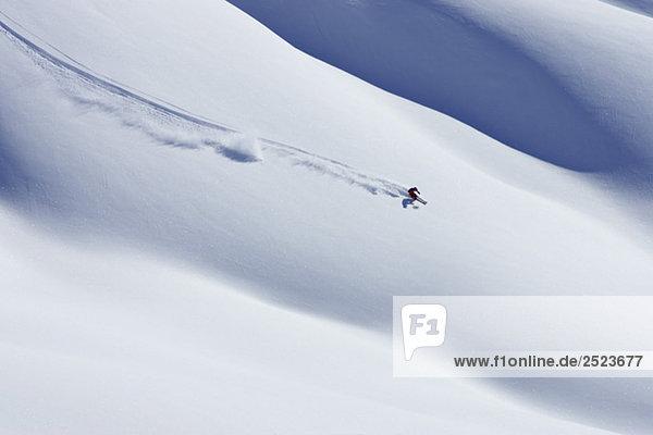 Skifahrer auf unberührtem Schnee  fully_released