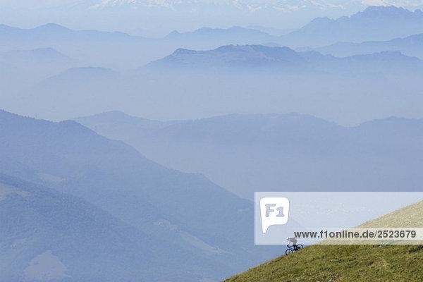 Fahrradfahrer fährt einen Hügel hinunter  fully_released