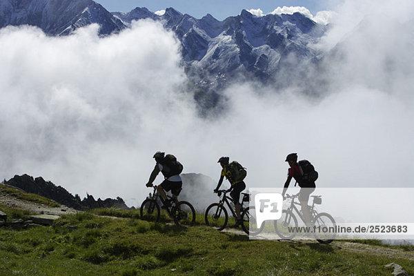 Drei Mountainbikefahrer im Gebirge  fully_released