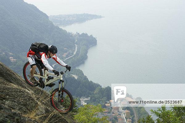 Downhillfahrer vor einem Abgrund  fully_released