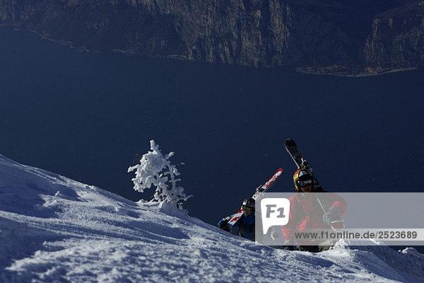 Skifahrer gehen einen Berg hinauf  fully_released