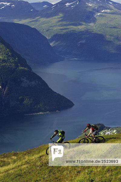 Mountainbikefahrer in einer Fjordlandschaft  fully_released