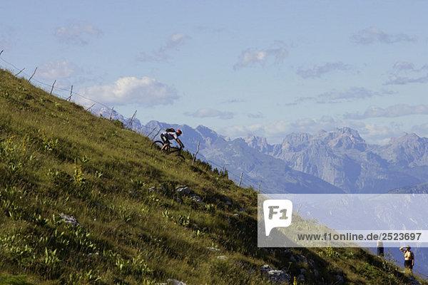 Downhillfahrer fährt einen Abhang hinunter  fully_released