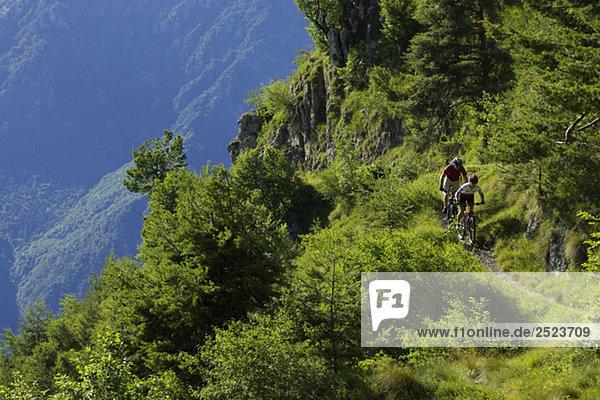 Zwei Mountainbikefahrer im Gebirge  fully_released