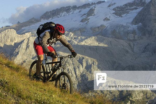 Mountainbikefahrer in den Bergen  fully_released