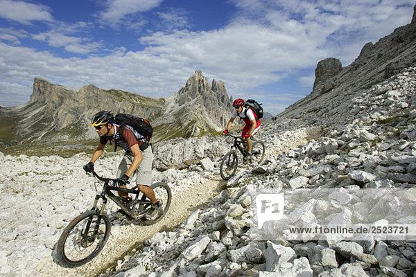 Zwei Mountainbikefahrer auf einem felsigen Pfad  fully_released