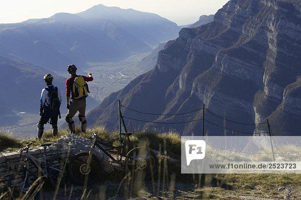 Zwei Mountainbikefahrer genießen die Aussicht  fully_released