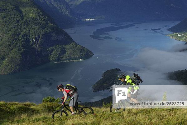 Mountainbikefahrer über einem Fjord  fully_released
