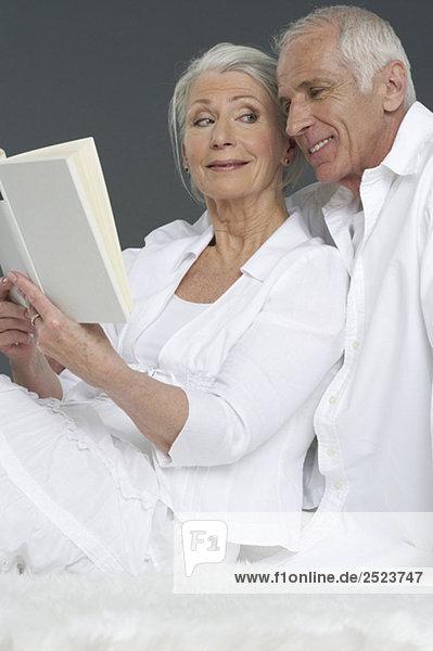 Altes Paar liest ein Buch  fully_released